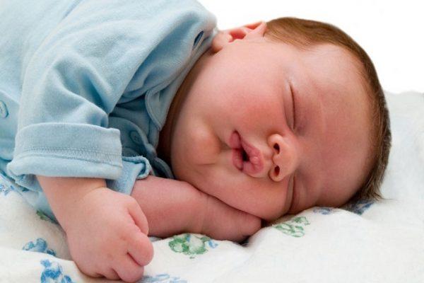 neonato dorme in pigiama