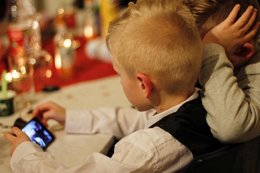 cellulari ai bambini
